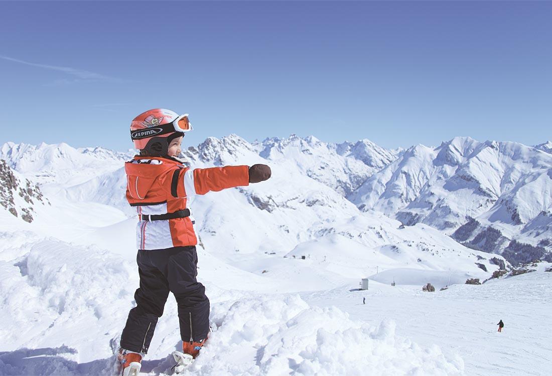 Kinder im Schnee in Lech